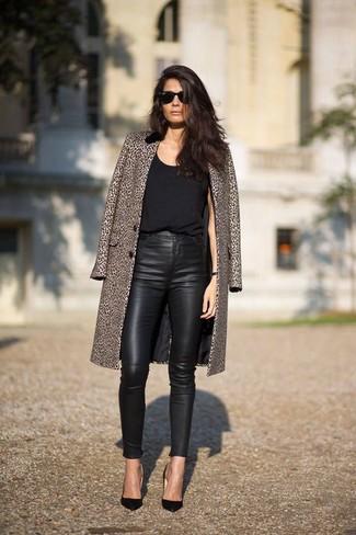 Prova ad abbinare un cappotto leopardato marrone con pantaloni skinny in pelle neri per essere sofisticata e di classe. Questo outfit si abbina perfettamente a un paio di décolleté in pelle neri.