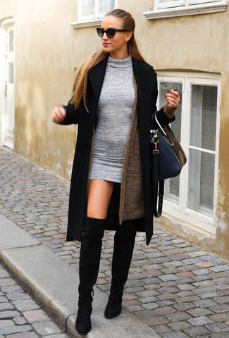 Come indossare: cappotto nero, cardigan aperto marrone, vestito aderente di lana grigio, stivali sopra il ginocchio in pelle scamosciata neri