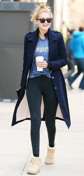 Come indossare: cappotto blu scuro, cardigan con zip nero, t-shirt girocollo stampata blu, leggings neri