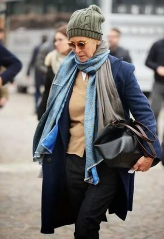 Come indossare: cappotto blu scuro, cardigan marrone chiaro, pantaloni eleganti neri, borsa shopping in pelle nera