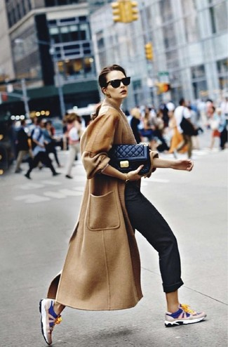 Come indossare: cappotto marrone chiaro, chino neri, scarpe sportive blu scuro e bianche, borsa a tracolla in pelle trapuntata nera