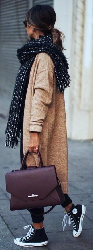 Come indossare: cappotto lavorato a maglia marrone chiaro, chino neri, sneakers alte di tela nere e bianche, cartella in pelle bordeaux