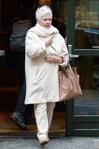 Come indossare: cappotto bianco, chino bianchi, stivali chelsea in pelle scamosciata beige, borsa shopping in pelle marrone chiaro