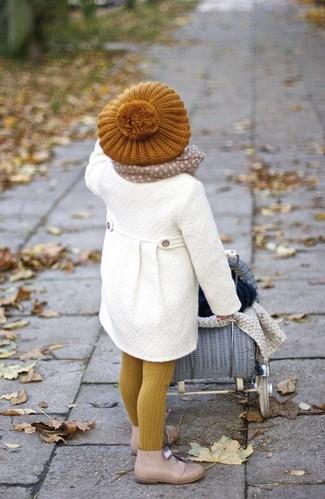 Come indossare e abbinare: cappotto bianco, chukka beige, berretto senape, sciarpa beige
