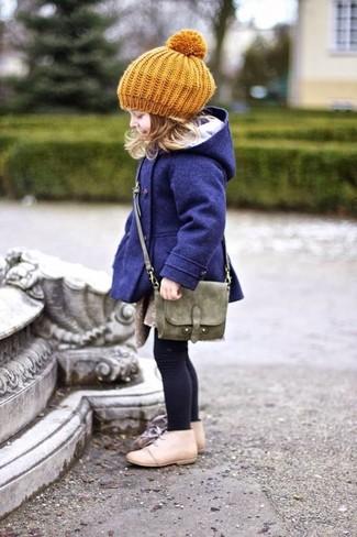 Come indossare: cappotto blu scuro, chukka beige, borsa verde oliva, berretto senape