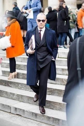 Come indossare e abbinare una cravatta stampata bordeaux: Vestiti con un cappotto con collo di pelliccia blu scuro e una cravatta stampata bordeaux per un look elegante e di classe. Questo outfit si abbina perfettamente a un paio di scarpe oxford in pelle marrone scuro.