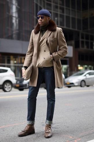 Come indossare e abbinare un orologio argento: Scegli un cappotto con collo di pelliccia beige e un orologio argento per un look comfy-casual. Mostra il tuo gusto per le calzature di alta classe con un paio di stivali casual in pelle marroni.
