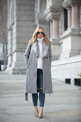 Come indossare e abbinare: cappotto con collo di pelliccia grigio, dolcevita lavorato a maglia bianco, jeans aderenti strappati blu scuro, décolleté in pelle scamosciata grigi