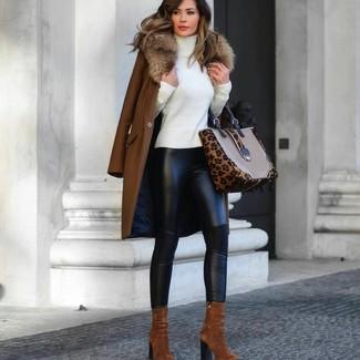 Come indossare e abbinare: cappotto con collo di pelliccia marrone, dolcevita bianco, leggings in pelle neri, stivaletti in pelle scamosciata terracotta