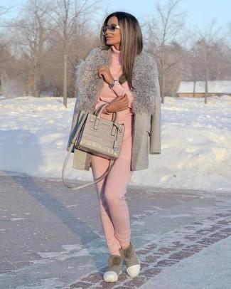 Come indossare e abbinare: cappotto con collo di pelliccia grigio, dolcevita rosa, pantaloni sportivi rosa, stivali ugg grigi