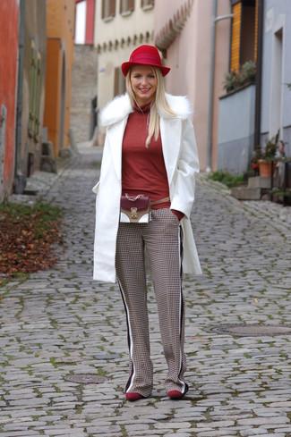 af19d20d8eb598 ... Look alla moda per donna: Cappotto con collo di pelliccia bianco,  Dolcevita rosso,