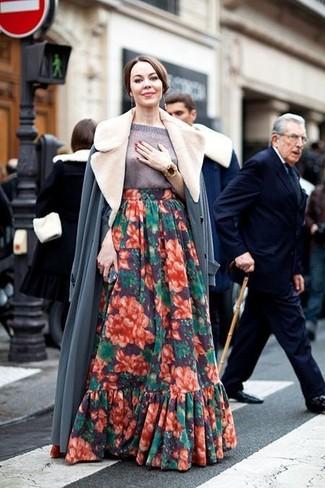 Come indossare: cappotto con collo di pelliccia grigio, maglione a maniche corte grigio, gonna lunga a fiori multicolore, bracciale dorato