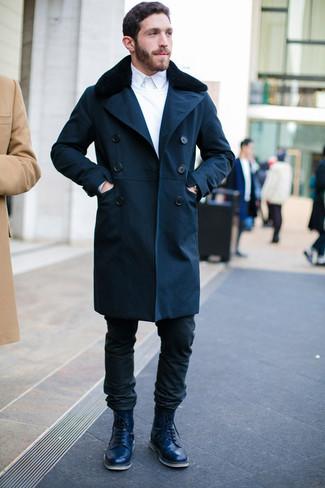 Come indossare e abbinare: cappotto con collo di pelliccia blu scuro, maglione girocollo bianco, camicia elegante bianca, jeans neri