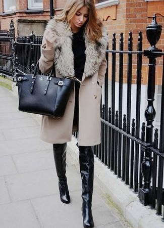 Come indossare: cappotto con collo di pelliccia beige, maglione girocollo nero, jeans aderenti neri, stivali sopra il ginocchio in pelle neri