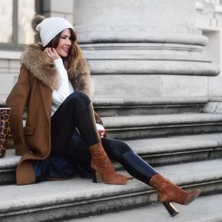 Come indossare e abbinare: cappotto con collo di pelliccia marrone, maglione girocollo bianco, leggings in pelle neri, stivaletti in pelle scamosciata marroni