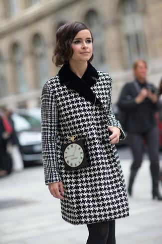 Cappotto con motivo pied de poule nero e bianco borsa a tracolla decorata nera collant nero large 1385