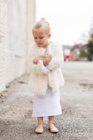 Come indossare: cappotto di pelliccia bianco, vestito bianco, ballerine beige