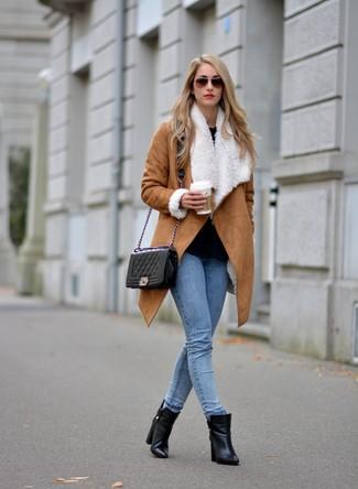 Sfrutta gli abiti più adatti al tempo libero con questa combinazione di un cappotto di shearling marrone chiaro e jeans aderenti azzurri. Per le calzature, scegli lo stile classico con un paio di stivaletti in pelle neri.