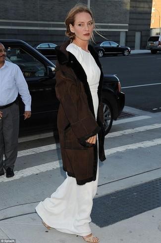Cappotto di shearling marrone scuro vestito lungo bianco sandali con tacco elasticizzati beige large 22786
