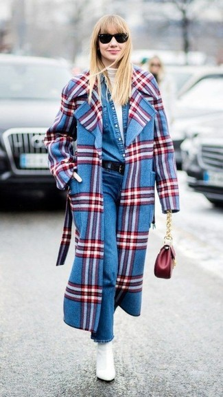 Come indossare: cappotto scozzese blu, dolcevita bianco, camicia di jeans blu, jeans blu