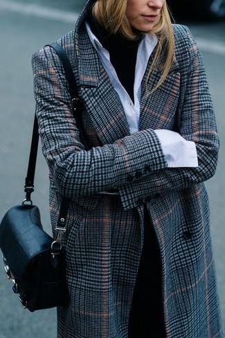 Come indossare: cappotto scozzese grigio, dolcevita nero, camicia elegante bianca, pantaloni eleganti neri
