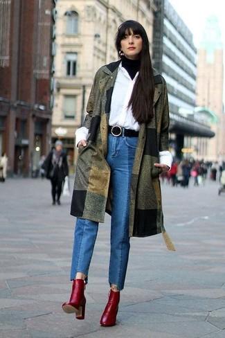 Come indossare e abbinare: cappotto verde oliva, dolcevita nero, camicia elegante bianca, jeans blu