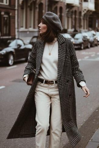 Come indossare: cappotto con motivo pied de poule nero e bianco, dolcevita bianco, chino beige, pochette in pelle marrone scuro