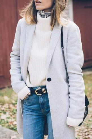Come indossare: cappotto grigio, dolcevita a righe orizzontali bianco e nero, dolcevita lavorato a maglia bianco, jeans blu