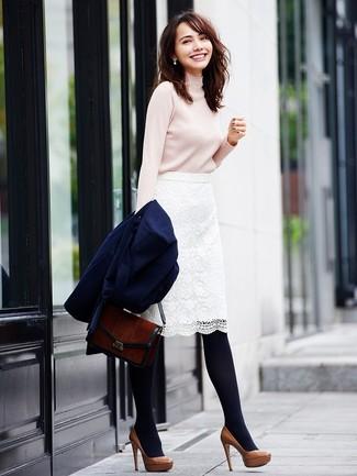 Come indossare: cappotto blu scuro, dolcevita beige, gonna a tubino di pizzo bianca, décolleté in pelle marroni