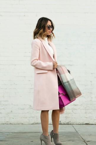 Come indossare e abbinare: cappotto rosa, dolcevita bianco, gonna a tubino marrone scuro, stivaletti in pelle scamosciata grigi
