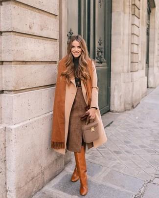 Come indossare: cappotto beige, dolcevita grigio scuro, gonna a tubino a quadri marrone, stivali al ginocchio in pelle terracotta