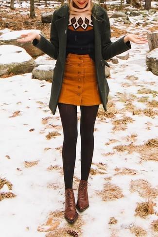 Come indossare: cappotto verde oliva, dolcevita di lana stampato nero, gonna con bottoni di velluto a coste arancione, stivaletti con lacci in pelle marroni