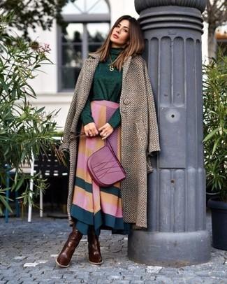 Come indossare e abbinare: cappotto a spina di pesce marrone, dolcevita verde scuro, gonna longuette geometrica multicolore, stivali al ginocchio in pelle marrone scuro