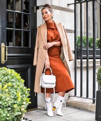 Come indossare e abbinare: cappotto marrone chiaro, dolcevita terracotta, gonna longuette di lana terracotta, stivaletti in pelle bianchi