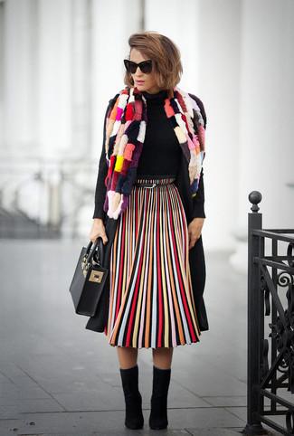 Come indossare: cappotto nero, dolcevita nero, gonna longuette a righe verticali multicolore, stivaletti in pelle scamosciata neri