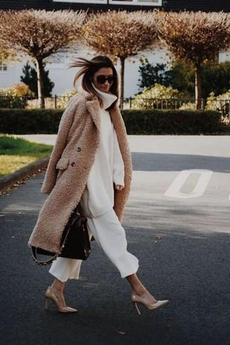 Come indossare: cappotto di pile marrone chiaro, dolcevita di lana lavorato a maglia bianco, gonna pantalone bianca, décolleté in pelle marrone chiaro