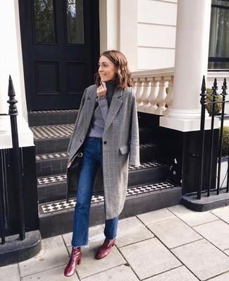 Come indossare e abbinare: cappotto scozzese grigio, dolcevita grigio, jeans a campana blu, stivaletti in pelle bordeaux