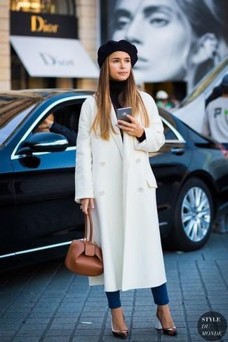 Abbinare un cappotto bianco con un berretto nero è un'ottima opzione per una giornata in ufficio. Perfeziona questo look con un paio di décolleté in pelle neri.