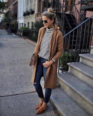 Come indossare: cappotto marrone chiaro, dolcevita a righe orizzontali bianco e nero, jeans aderenti strappati blu scuro, mocassini eleganti in pelle marroni