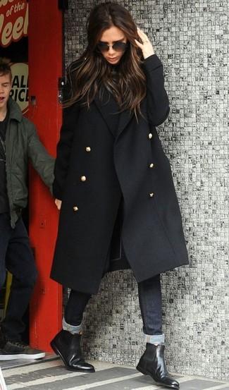 Come indossare: cappotto nero, dolcevita nero, jeans aderenti neri, stivali chelsea in pelle neri