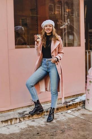 Come indossare e abbinare: cappotto rosa, dolcevita nero, jeans aderenti azzurri, stivali piatti stringati in pelle neri