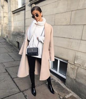 Come indossare: cappotto beige, dolcevita lavorato a maglia bianco, jeans aderenti neri, stivali chelsea in pelle neri