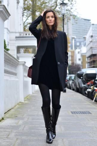 Come indossare e abbinare: cappotto nero, dolcevita nero, jeans aderenti neri, stivali al ginocchio in pelle neri