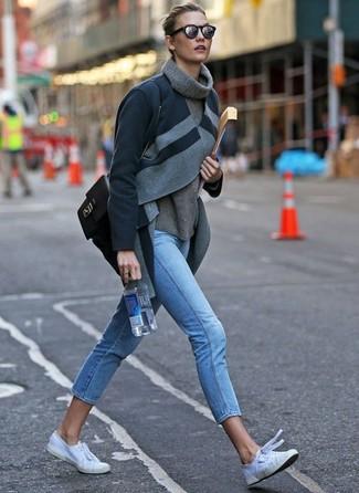 Come indossare e abbinare: cappotto grigio scuro, dolcevita di lana grigio, jeans aderenti azzurri, sneakers basse di tela bianche