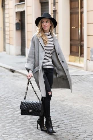 Trend da donna 2020: Vestiti con un cappotto grigio e jeans aderenti strappati neri per affrontare con facilità la tua giornata. Stivaletti in pelle neri sono una valida scelta per completare il look.