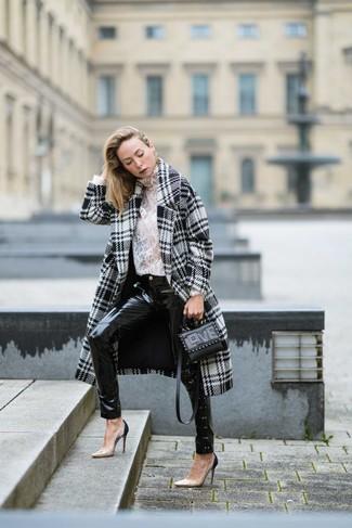 Come indossare e abbinare: cappotto con motivo pied de poule bianco e nero, dolcevita di pizzo bianco, jeans aderenti in pelle neri, décolleté in pelle beige