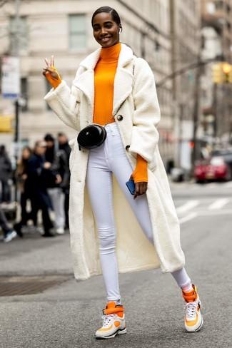 Come indossare e abbinare: cappotto di pile bianco, dolcevita arancione, jeans aderenti bianchi, sneakers alte arancioni