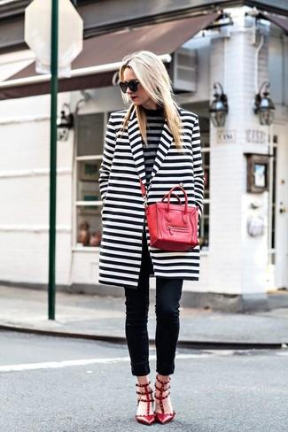 Come indossare e abbinare: cappotto a righe orizzontali bianco e nero, dolcevita a righe orizzontali grigio, jeans aderenti neri, décolleté in pelle con borchie rossi