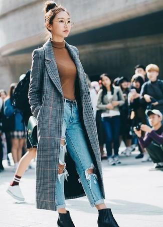 Come indossare: cappotto scozzese grigio, dolcevita terracotta, jeans boyfriend strappati azzurri, stivaletti in pelle neri