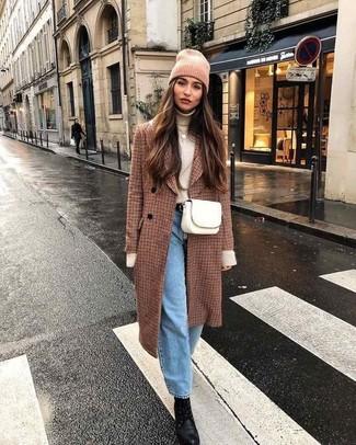 Come indossare: cappotto a quadri marrone, dolcevita beige, jeans boyfriend azzurri, stivaletti con lacci in pelle neri